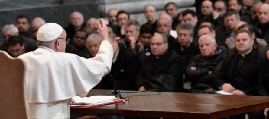 """SAN GIOVANNI IN LATERANO – Papa Francesco ai parroci di Roma: """"il punto fermo della nostra fede è la Croce di Cristo""""."""
