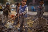 """Nel mondo di oggi 10 milioni di """"piccoli schiavi"""". Il rapporto denuncia di """"Save the Children"""""""