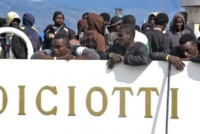 """Nave Diciotti, la Chiesa italiana accoglie i migranti bloccati nel porto di Catania. Don Ivan Maffeis (Cei): """"Ma questa è una risposta di supplenza""""."""