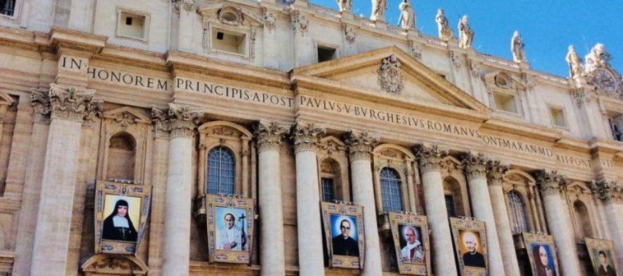 """Paolo VI e Oscar Romero proclamati santi, Papa Francesco: """"Il Signore ci aiuti a imitare i loro esempi""""."""