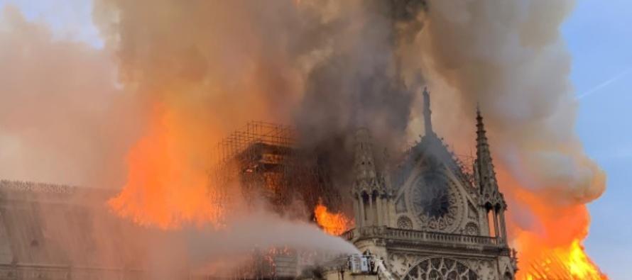 """In fiamme Notre Dame. I vescovi francesi: """"È una grande perdita, una grande ferita"""". La Santa Sede: """"Sgomento e tristezza"""""""