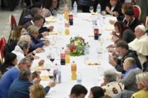 Papa Francesco a pranzo con i poveri: menu tradizionale con lasagna, pollo e tiramisù