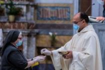 Lettera del cardinale Sarah ai vescovi, facilitate il ritorno a messa in sicurezza