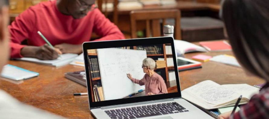 Ministri straordinari dell'Eucaristia, iniziato il corso online promosso dalla Cei